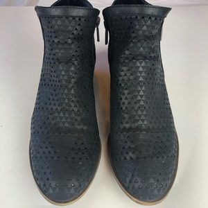 LUCKY BRAND BASEL 3 PERFORATED BOOTIES SZ 9